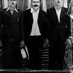 Τρεις νέοι από το Αβδελλερό κοντά στα τέλη της δεκαετίας του 1930. Από αριστερά ο Βασίλης Μουσικός, στη μέση ο Χαράλαμπος και ο παπα – Ζαχαρίας (όταν ήταν λαϊκός).