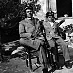 Ο Παναγιώτης Θρασυβούλου και ο Κυριάκος Παπαζαχαρία με τη μαθητική τους στολή