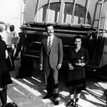 Σωτήρης Γεωργίου και η Χριστίνα Παπαζαχαρία πίσω από λεωφορείο. Η Πρεσβυτέρα (παπαδιά) Χριστίνα με τα «καπνιστομέρρεχα» - μερρέχα και καπνιστήρι - στα χέρια.