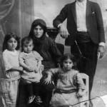 Γαβριήλ Δημήτρης πρώτος εξάδερφος της Μαρίνας Θρασυβούλου καθήμενη με τα παιδιά της. Από αριστερά είναι η Χριστίνα, η Παπαδιά. Στα γόνατα της μάνας της κάθεται η Αγγελική και η καθήμενη στην καρέκλα, είναι η Κυριακού.