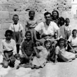 Έξω από το Δημοτικό Σχολείο Αβδελλερού, 1948.