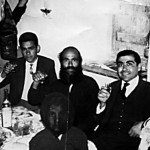 Στη φωτογραφία, που λήφθηκε το βράδυ της «Σήκωσης» στο σπίτι του Παπαζαχαρία, διακρίνεται ένας από τους δασκάλους που υπηρέτησαν στο Αβδελλερό. Πρόκειται για το Θεοδόση Πυργώτη, που κάθεται δίπλα από τον ιερέα.