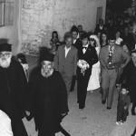 Ο Παναγιώτης Μουσικός, πατέρας του γαμπρού, καθώς συνοδεύει το γιό του στην εκκλησία